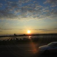 Sonnenuntergang mit Spargelfelder entlang der Autobahn bei Heidelberg